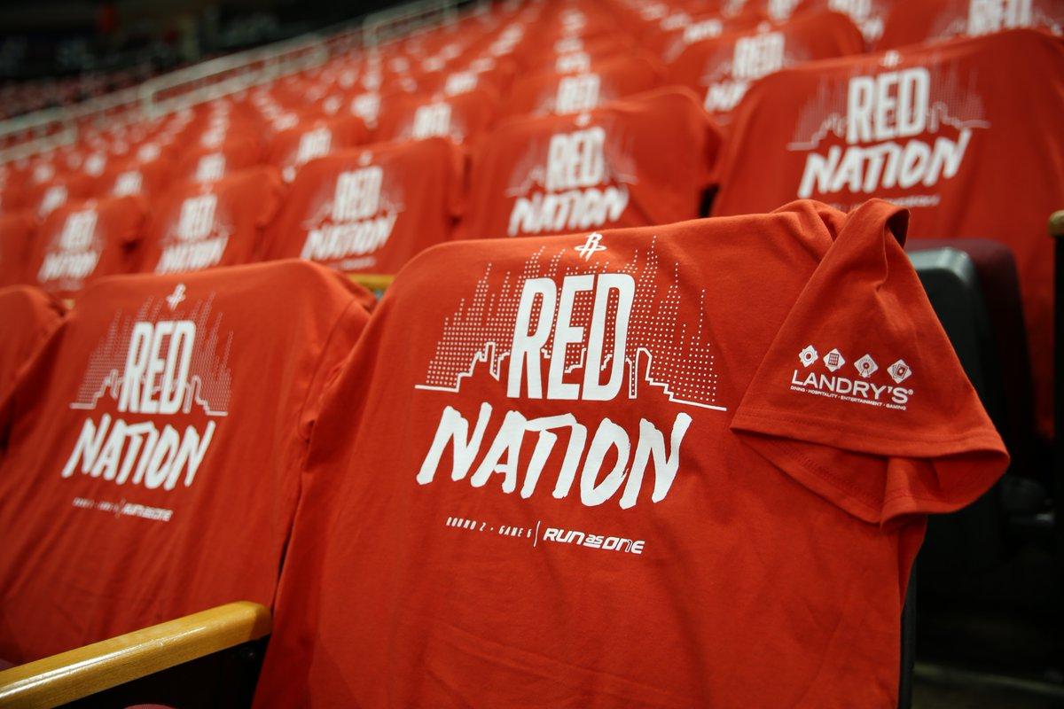 一触即发!主场铺满红色助威 T恤