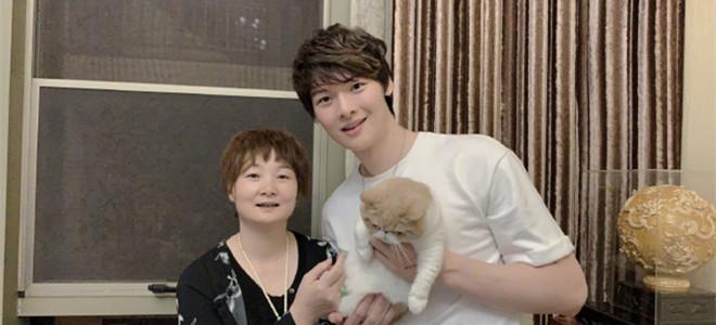 王哲林晒与母亲合影:祝全天下的母亲节日快乐