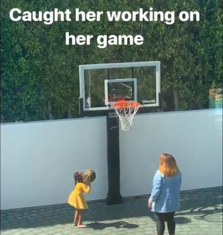 谁说男子不如男?詹姆斯晒出女儿锤炼球技视频