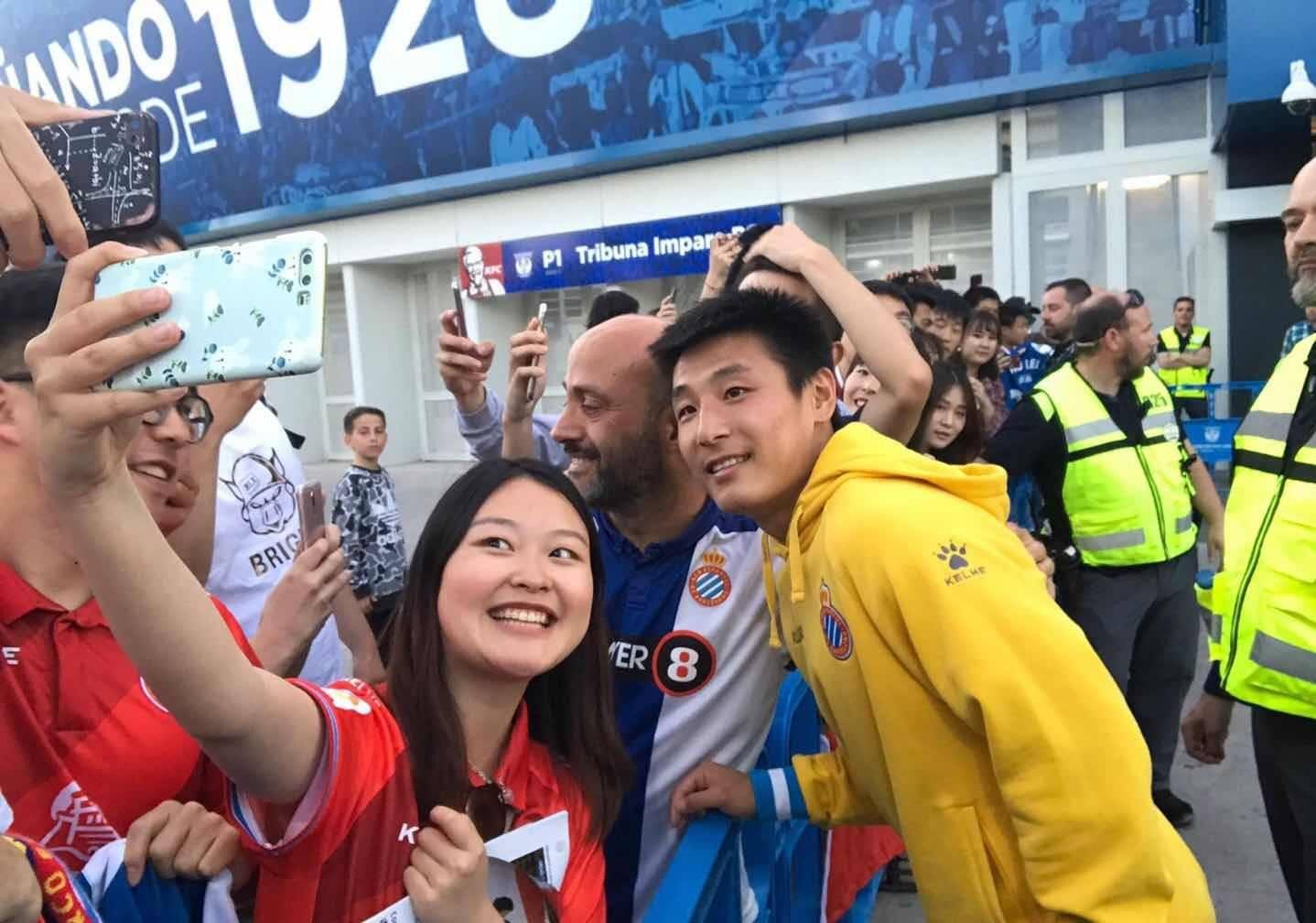 武磊发博:感动中国留学生和华人到场为我加油,谢谢你们
