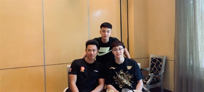 贺希宁与好兄弟徐杰、胡明轩聚餐,晒帅气合照