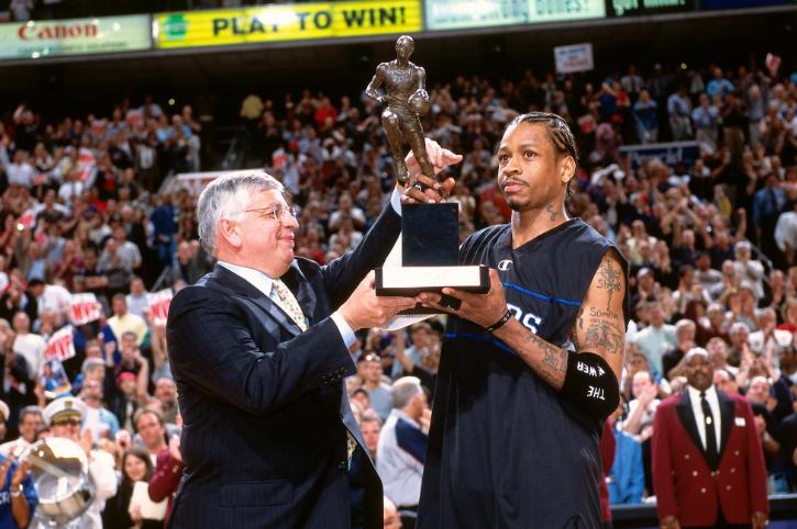 18年前的今天:艾弗森领取常规赛MVP奖杯