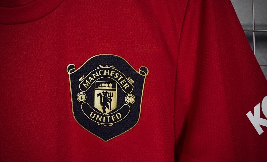 官方:曼联发布新赛季主场球衣, 黑金队徽胸前挂