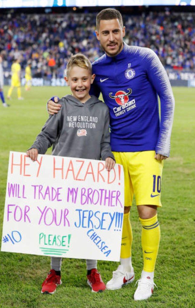 狂热小球迷打出标语:愿为阿扎尔的球衣卖掉我弟弟