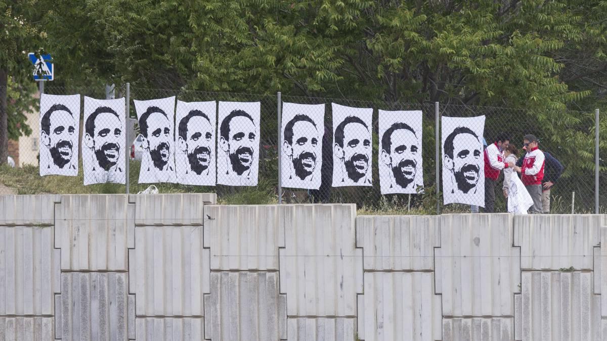 不舍,马竞球迷制作胡安弗兰肖像,挂在训练场外