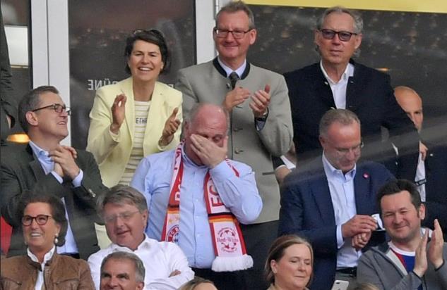 目睹里贝里告别战进球,赫内斯看台上掩面而泣