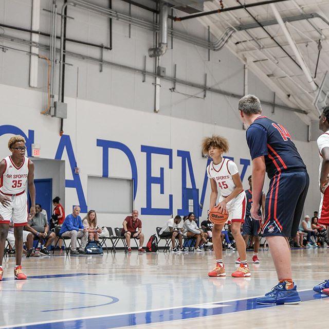 麦迪晒出自己举办的篮球训练营的照片