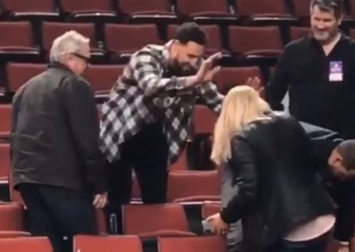 克莱与女球迷击掌未成,随后自己鼓掌缓解尴尬