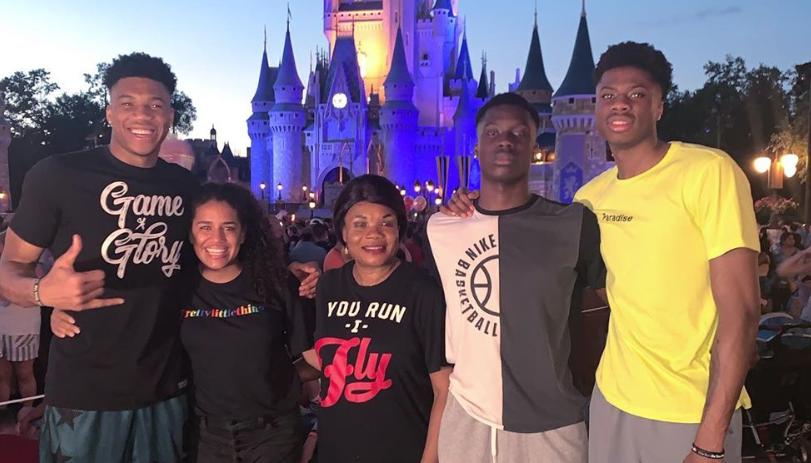字母哥晒与家人合照:在迪士尼世界的第二天