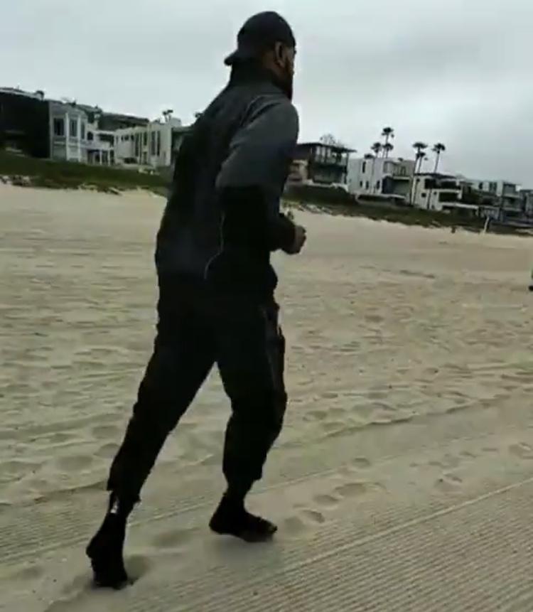 刻苦训练!詹姆斯早起进行沙滩晨跑训练