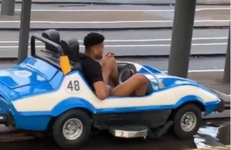 庞然大物!美媒晒字母哥游玩迪士尼时驾驶游乐小车的照片