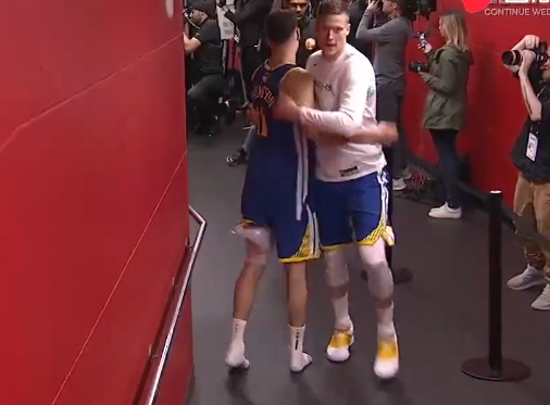 [视频]汤普森左腿缠冰袋在球员通道和队友击掌庆祝胜利