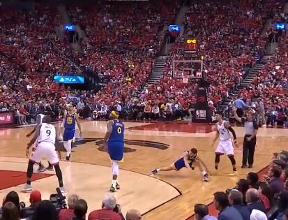 [视频]克莱受伤瞬间,三分出手落地后双腿过度拉伸