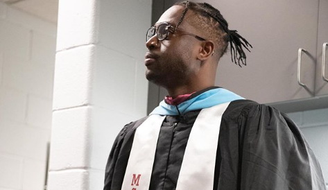 韦德更新社媒,为道格拉斯高中做毕业典礼演讲
