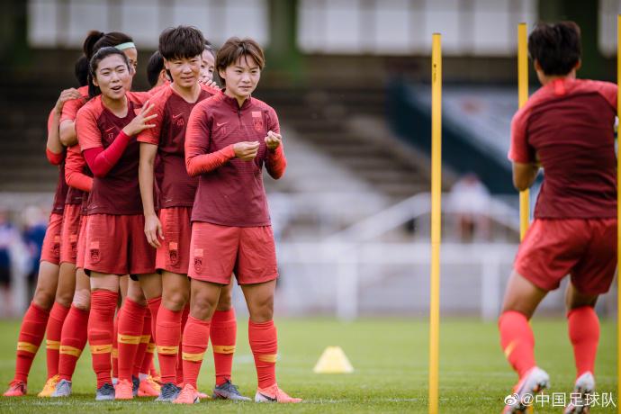 中国女足抵达赛区展开首训,王焱:既紧张又兴奋