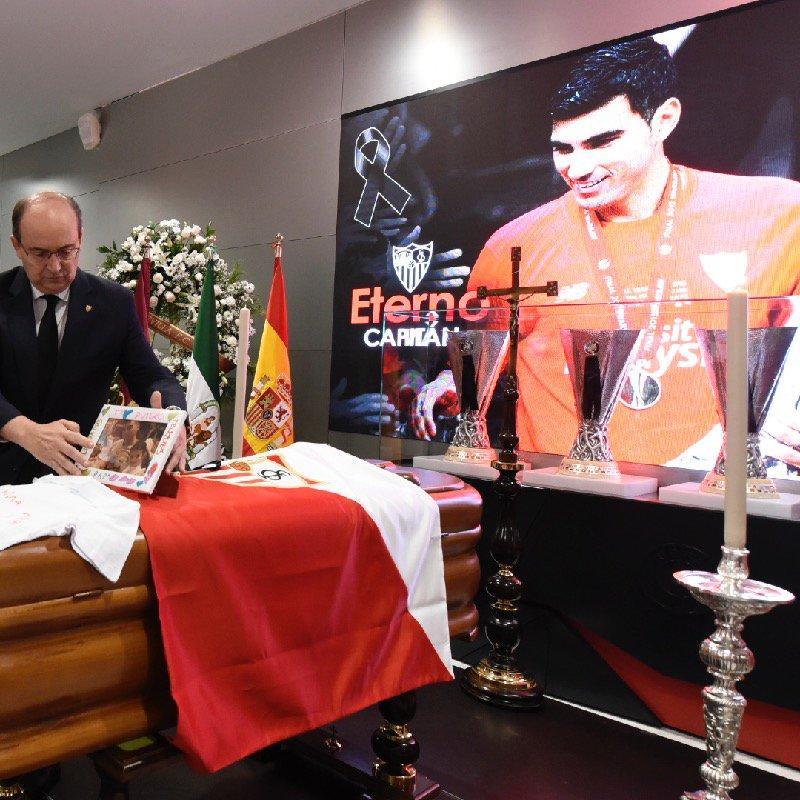 多图流:雷耶斯纪念仪式举行,灵柩前摆放三座欧联奖杯