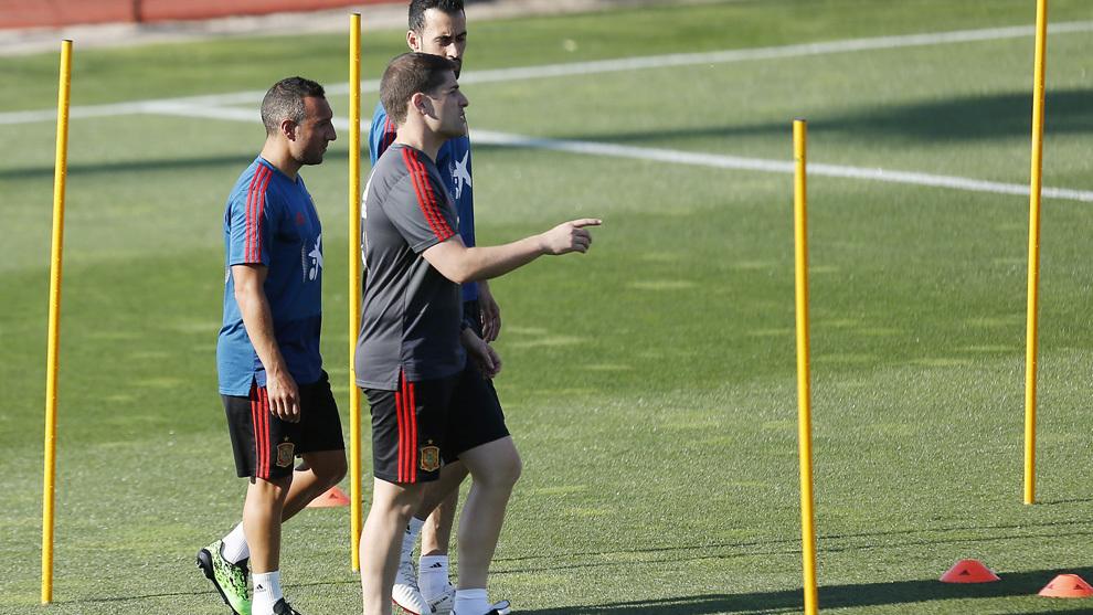 恩里克至今未回国家队,在家通过电视信号指挥西班牙训练