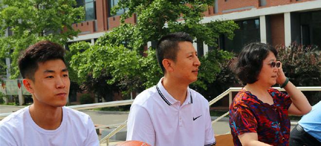 郭士强携高诗岩出席校园篮球开幕式,现场人头攒动
