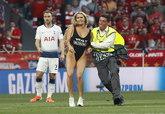 欧冠乱入球场女球迷被罚1.5万欧,但广告效应已达355万欧