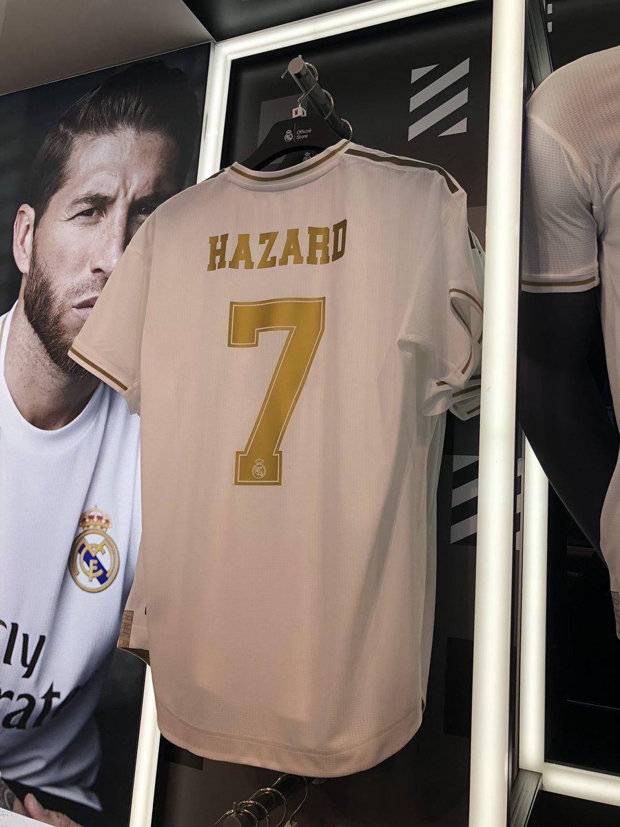 球衣宣?巴塞罗那机场的皇马商店已上架阿扎尔7号球衣