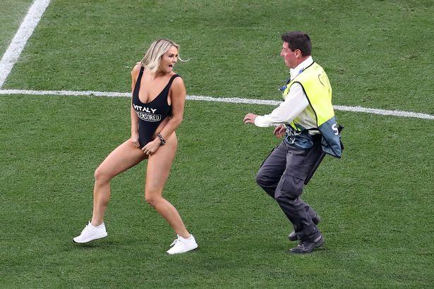 决赛女球迷邻座:她拉开外套给我看比基尼,说要冲进场内