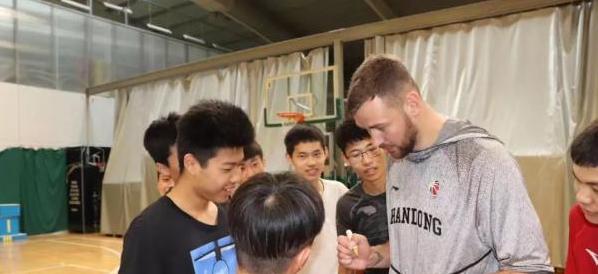 莫泰立陶宛参加篮球交流活动,身穿山东男篮球衣