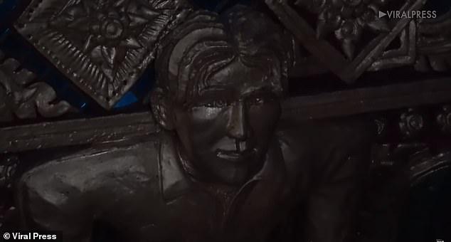 这也行吗?的雕像被供在了泰国的佛寺里