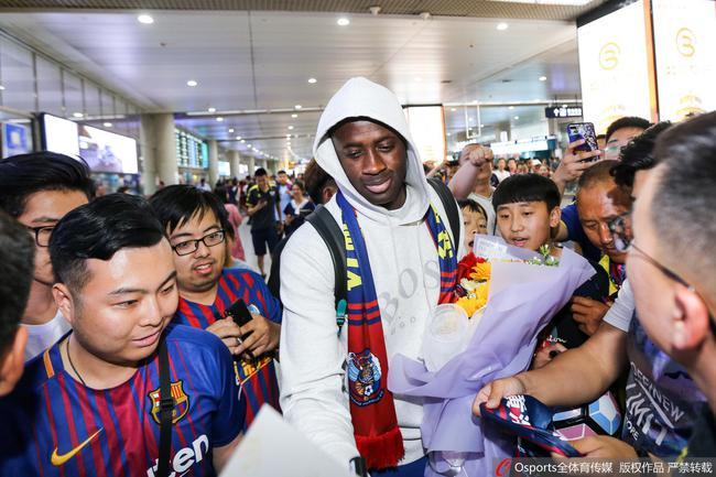 多图流:亚亚图雷再次抵达青岛,球迷赠送黄海队围巾