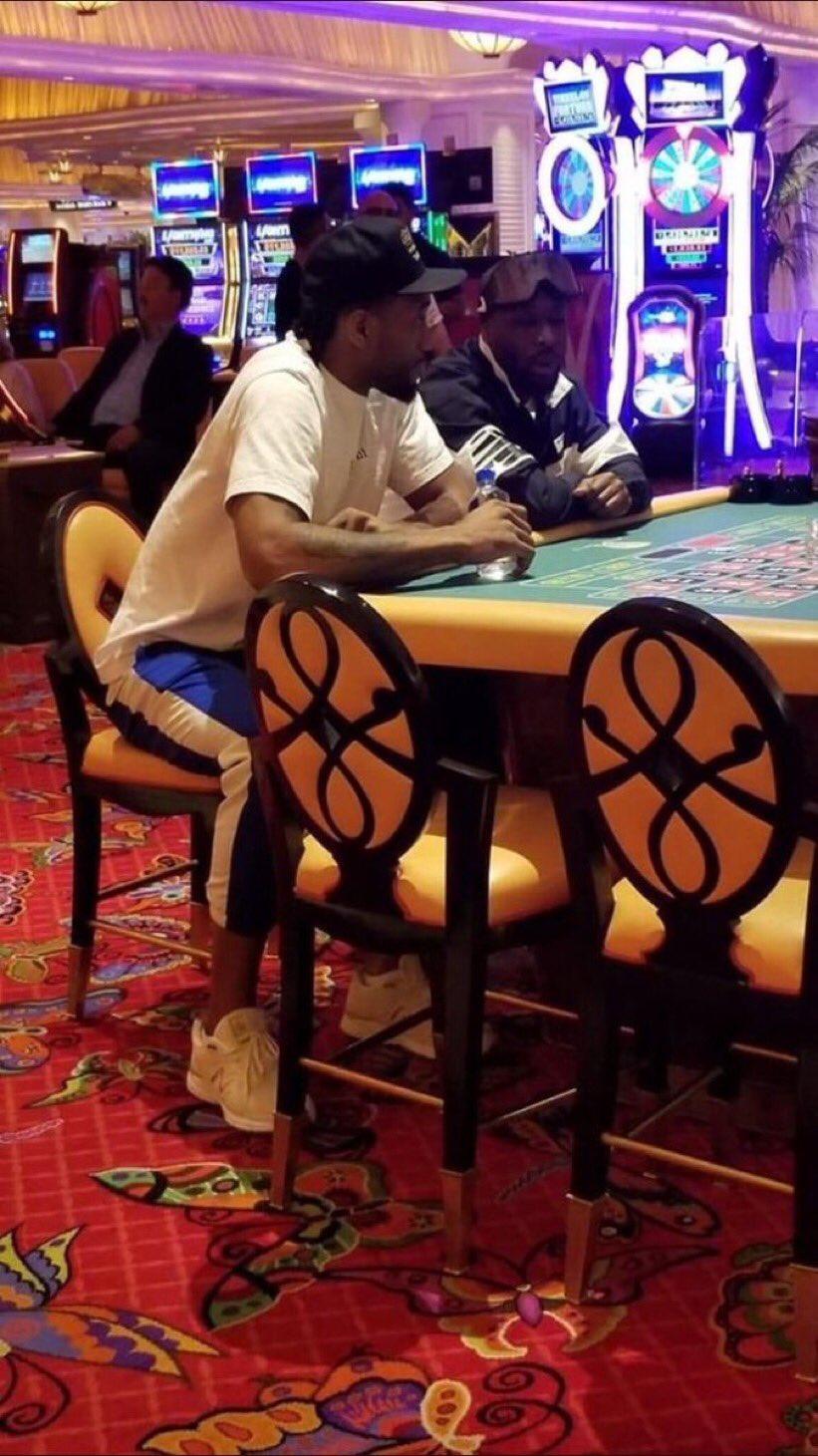 伦纳德和队友在赌城玩耍,随后乘坐Drake专机回多伦多