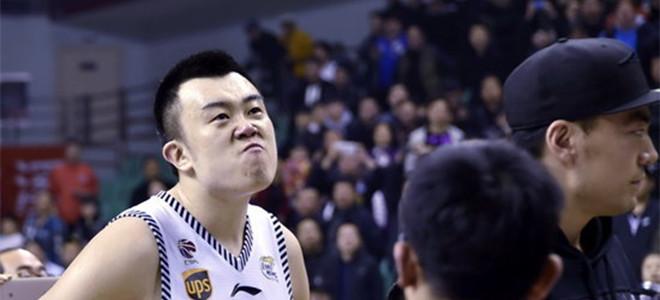 辽媒报道韩德君新闻,配图中大韩竟身穿北京队球衣