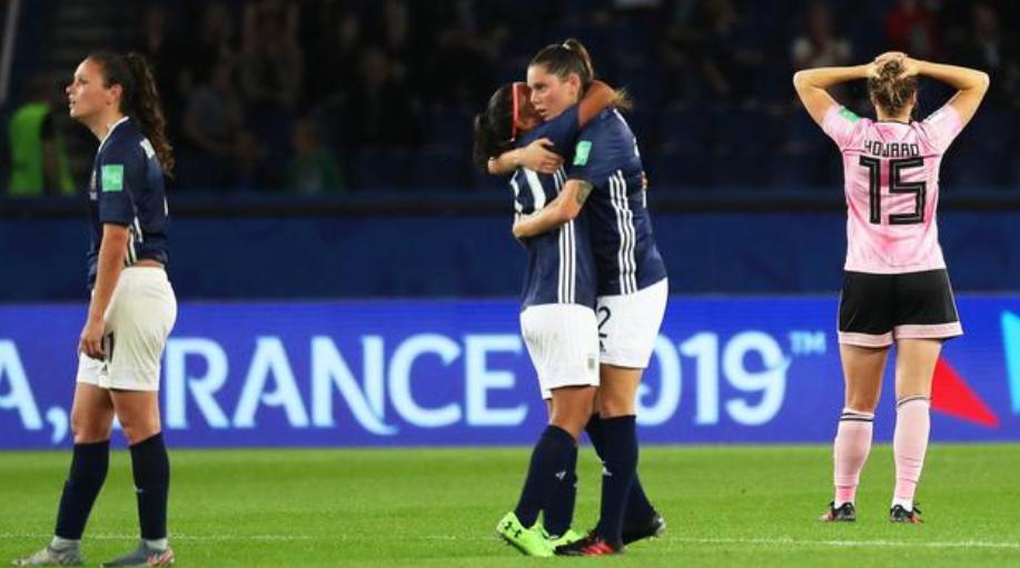阿根廷女足创造不小的奇迹,球迷:一会儿男足学着点