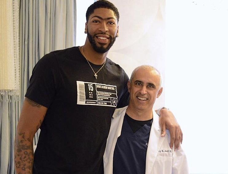 安东尼-戴维斯最近曾在洛杉矶接受激光视力矫正手术