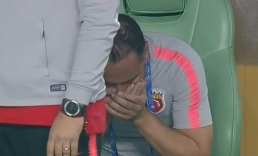 GIF:喜极而泣!目睹球队艰难晋级,佩雷拉掩面哭泣