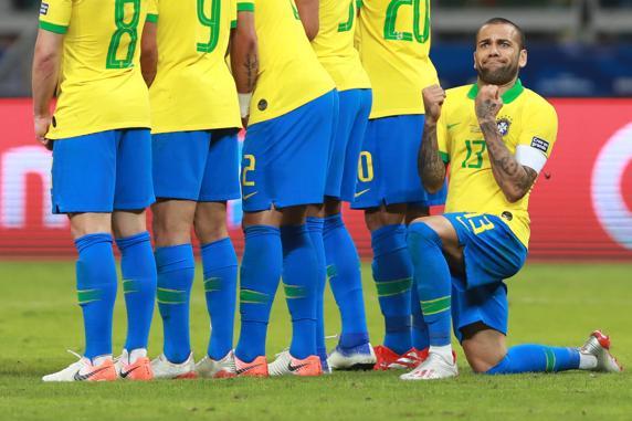 世体调侃:梅西让阿尔维斯拿出祈祷式防守