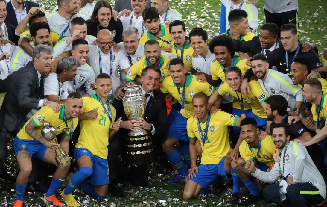 一图流:巴西总统入场庆祝,与全队拍摄夺冠全家福