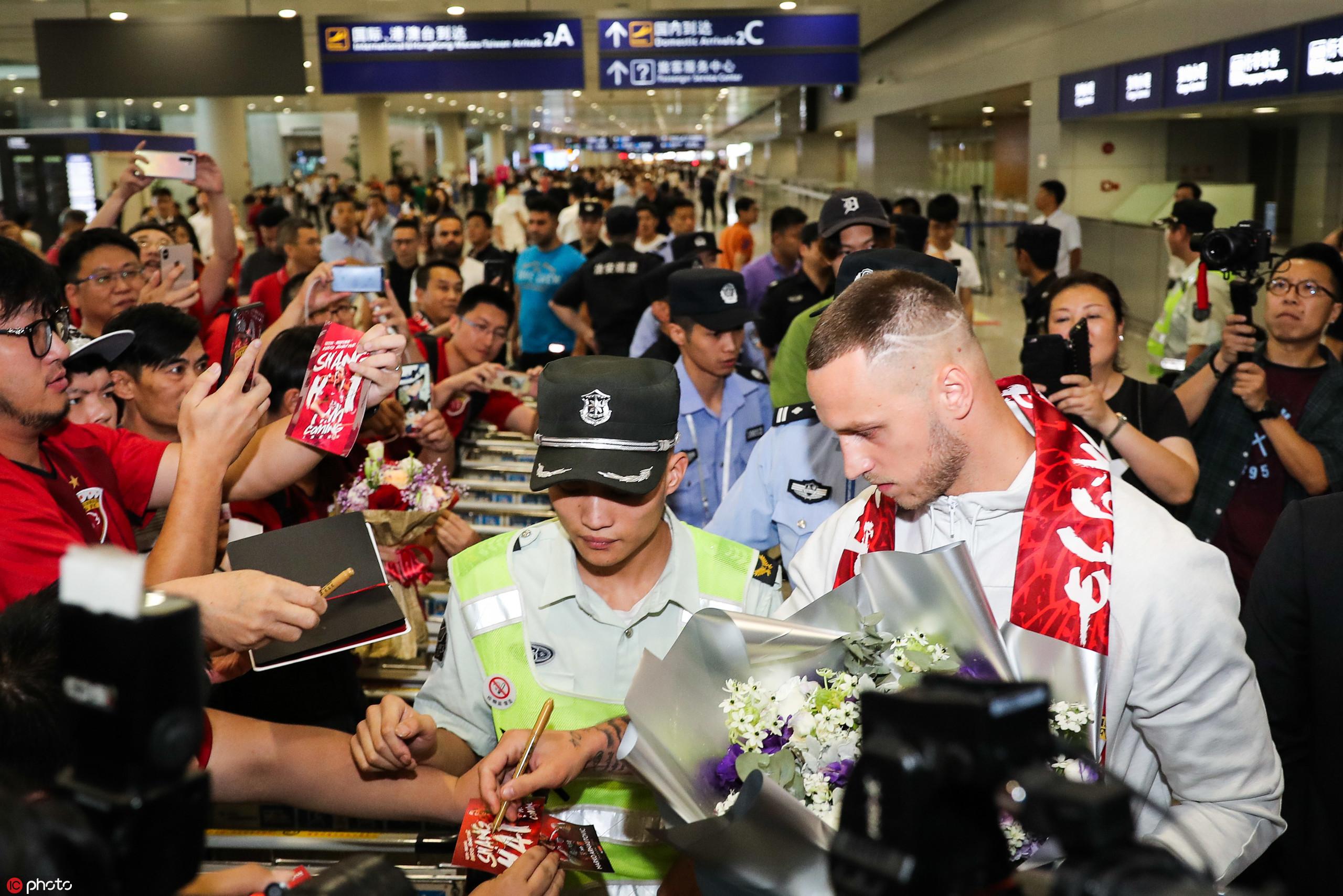 多图流:阿瑙托维奇抵达上海,笑容满面为球迷签名