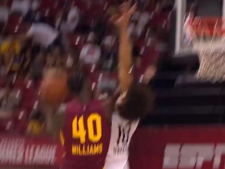 [视频]硬碰硬!杰科里-威廉姆斯空中对抗后将球抛进