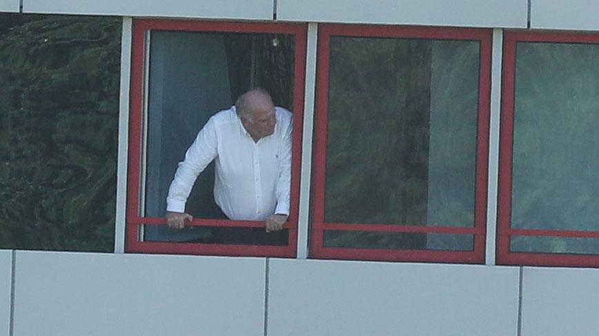 赫内斯从窗台观看没有边锋的拜仁进行训练,看到啥?