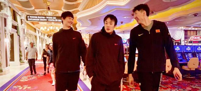 丁彦雨航晒与周琦、王哲林合照:大哥和他的两个小弟