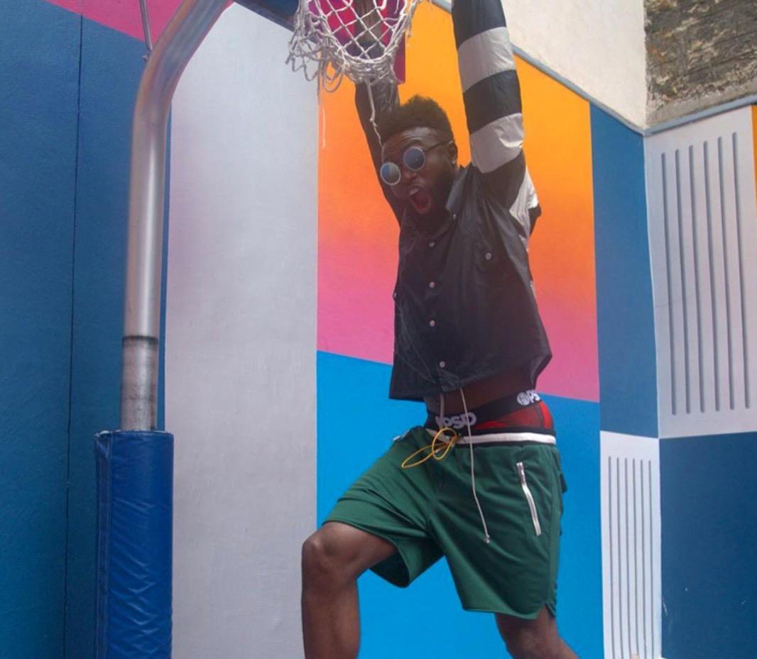 其乐无穷!杰伦- 更新社媒晒出一组个人搞笑篮球写真