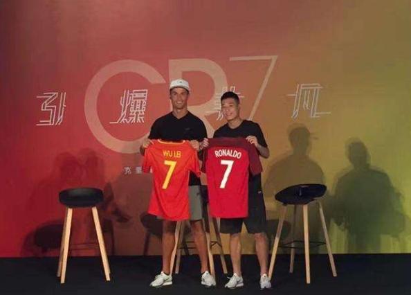 武磊晒神秘礼物,  C罗评论:成为'', 领导中国足球