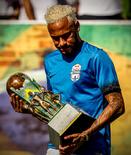 多图流:内马尔出席五人制足球比赛活动,金发造型抢眼