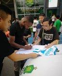 一图流:回到中国,巴坎布在国安俱乐部门口为球迷签名