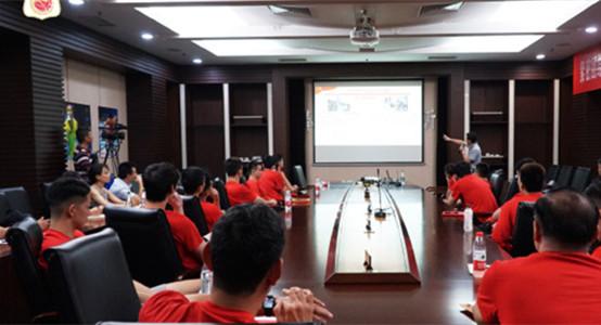 精神食粮!中国男篮队员集体接受党课教育