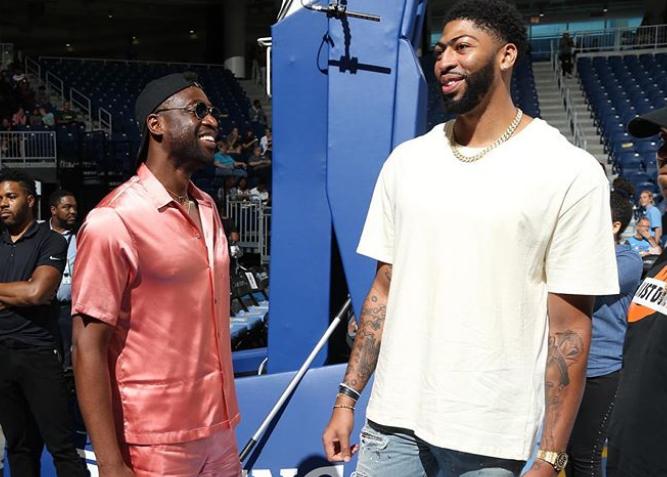 安东尼-戴维斯和韦德在芝加哥现场观看WNBA比赛