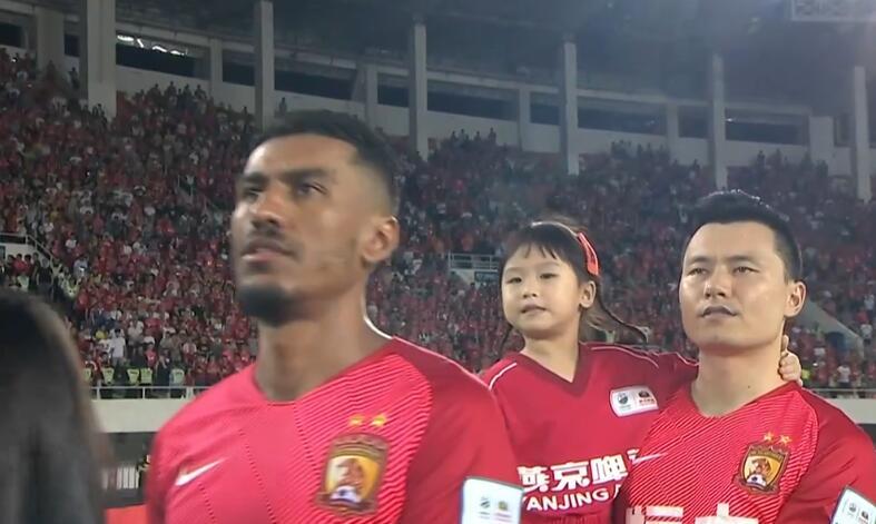 GIF:一颗红心!保利尼奥赛前唱中国国歌