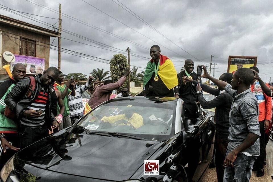 国家队不行怎么嗨?喀麦隆球迷欢送非洲杯决赛裁判归国