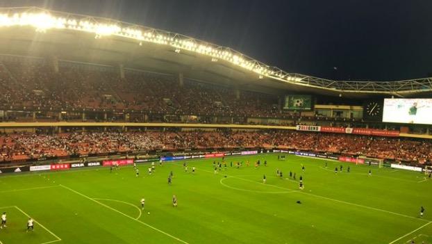 英国记者:球场不错, 但这天气居然不让带水进球场