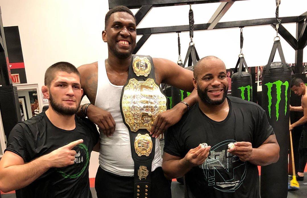 卢尼更新个人社媒,晒自己与两名前综合格斗冠军的合照