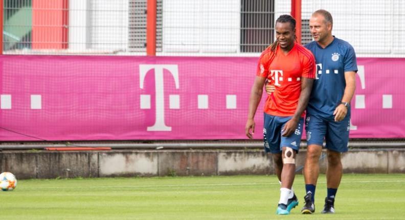 拜仁新助教训练中与桑谢斯交流频繁,与球员有说有笑